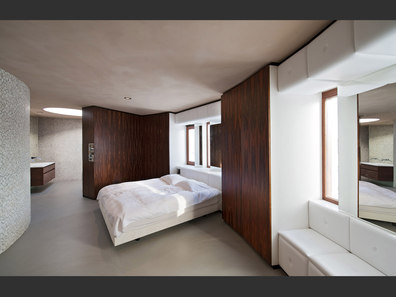 Bedroom with integrated cupboards made of rosewood and Skai leather.